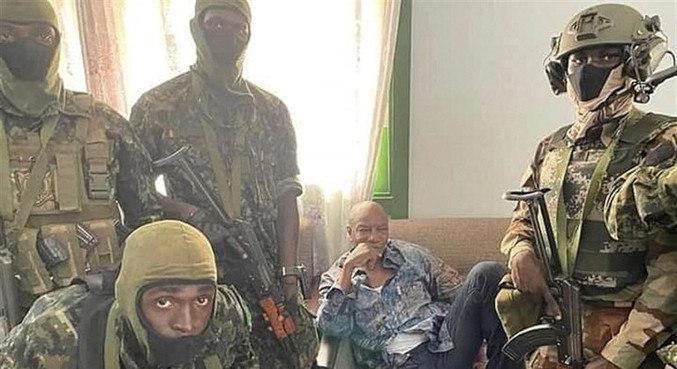Imagem liberada pelo exército da Guiné mostra Alpha Condé sendo detido