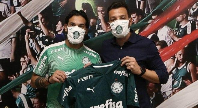 Gustavo Gómez posou para foto com ex-zagueiro e agora dirigente Edu Dracena