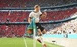 Portugal e Alemanha se enfrentaram neste sábado (19) em Munique, naquela que pode ser considerada a melhor partida da Eurocopa 2020 até agora. O placar de 4 a 2 para a Alemanha refletiu, em parte, como o jogo foi movimentado. Desde o início, a Alemanha foi mais agressiva, marcando por pressão e se aproveitando da pouca mobilidade do meio-campo português. Gosens, na foto, comemora o seu gol, o quarto. Ele foi um dos melhores do jogo, sabendo utilizar os espaços pela esquerdaVeja também:Teriam espaço no Brasil? Veja 7 brasileiros que estão na Eurocopa