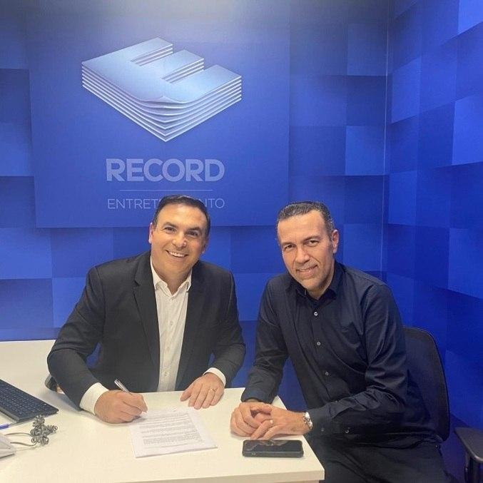 Reinaldo Gottino assina contrato com a Record Entretenimento
