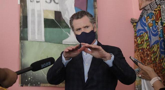 Gavin Newsom voltou a pedir que a população utilize a máscara