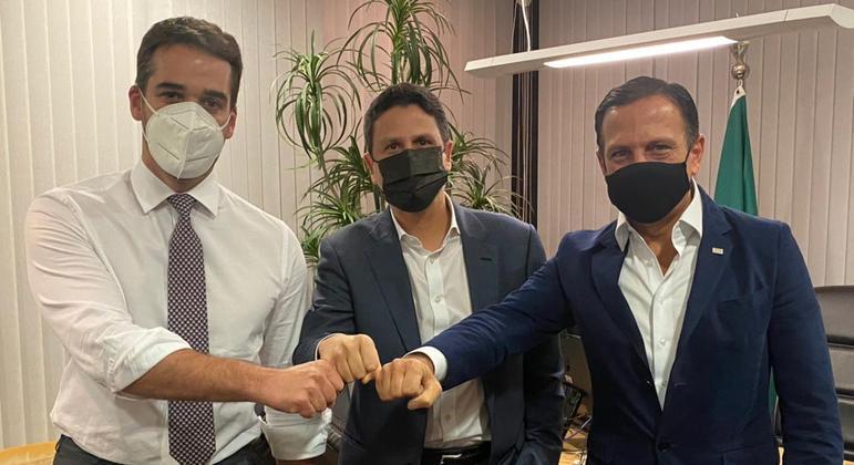 Eduardo Leite e João Doria participam de reunião com o presidente do PSDB, Bruno Araújo