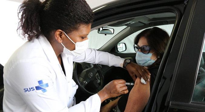 Vacinação em postos de drive-thru havia sido suspensa há dois dias