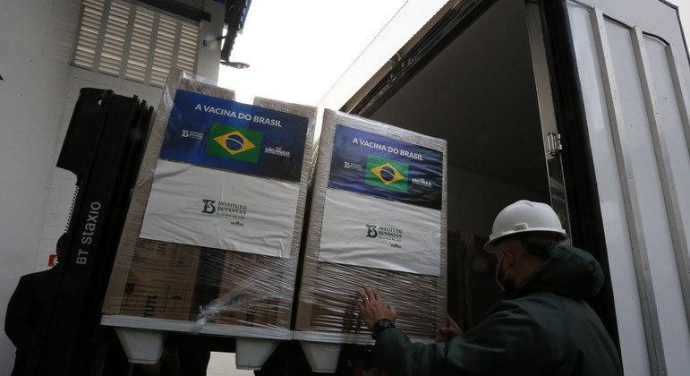 Governo recebe lote de 1,2 milhão de doses de Coronavac para entregar ao PNI