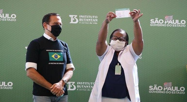 Palco montado para fotos e vídeos da primeira vacina: pandemia como trampolim político