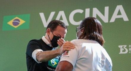 Doria chora após primeira aplicação no Brasil da vacina contra a Covid-19