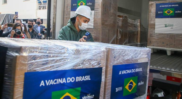Governo de SP recebe doses de CoronaVac para liberar ao Ministério da Saúde