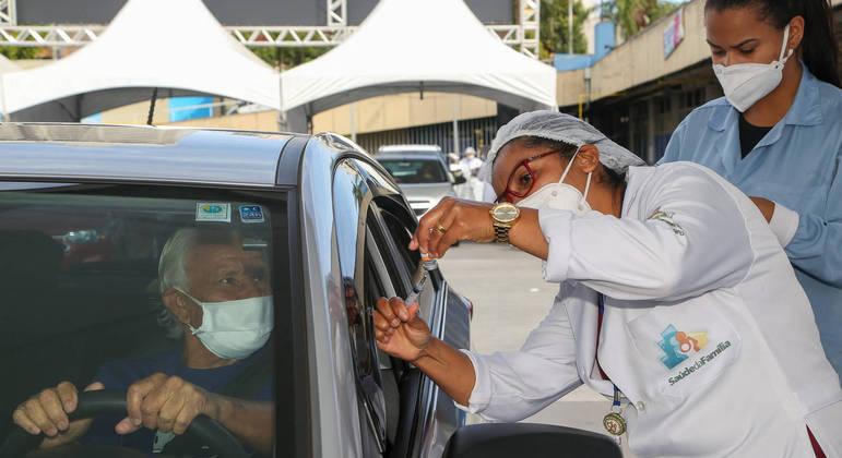 Após vacinar idosos de 67 anos, cidade de SP fecha drive-thru nesta quarta (14)
