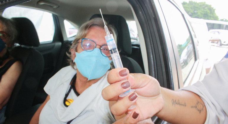 SP retoma vacinação em drive-thru para primeira dose contra a covid-19