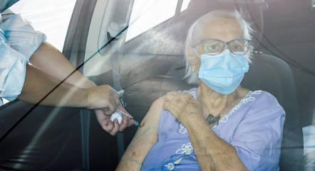 Idosos começaram ser vacinados em fevereiro