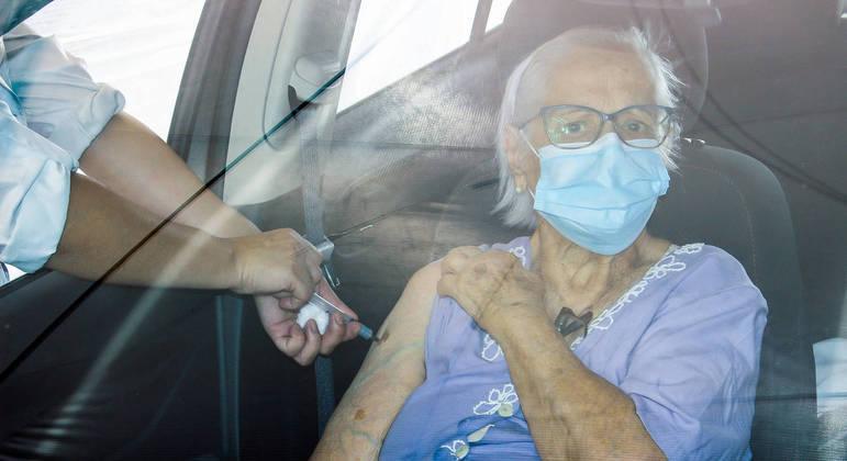 Infectologistas sugerem aplicação de 3ª dose em idosos e profissionais de saúde