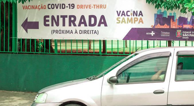 Drive-thru para a vacinação de idosos montado no Memorial da América Latina