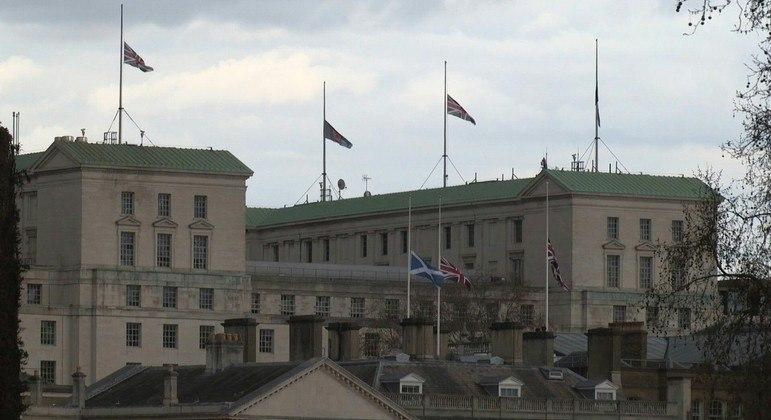 Bandeira da Grã-Bretanha foi colocada a meia-haste em homenagem ao monarca
