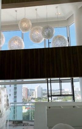 A influenciadora digital iniciou o tour pela sala, mostrando os lustres em formato de bola