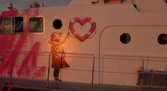 Grafite de Banksy no exterior do barco de resgate financiado pelo artista