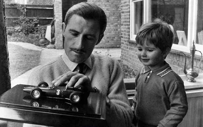 Graham Hill foi bicampeão mundial de F1 em 1962 e 1968. O Mr. Mônaco, morto em 1975 era pai de Damon, campeão de 1996. A dupla pai e filho foi a primeira com títulos mundiais