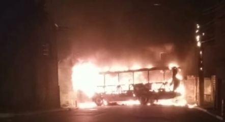 Ônibus foi incendiado durante assalto