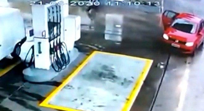 Motorista parou em posto e pediu para que a gestante descesse do carro