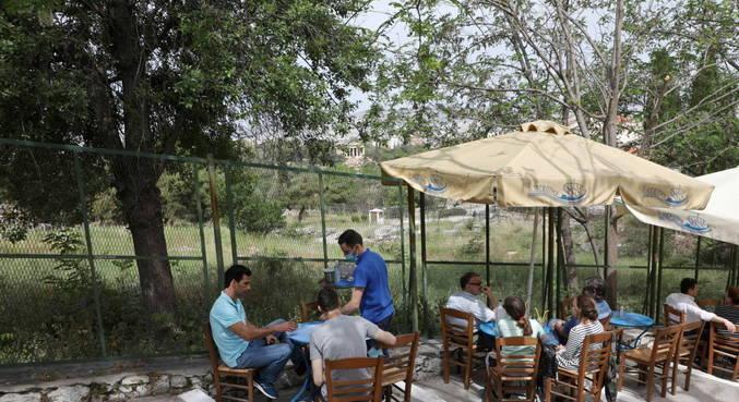 Cafés e restaurantes da Grécia retomam atividades após seis meses