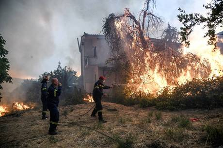 Duas vilas foram evacuadas devido ao incêndio