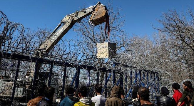 Grécia colocou blocos de concreto na fronteira de Kastanies para impedir travessia de migrantes
