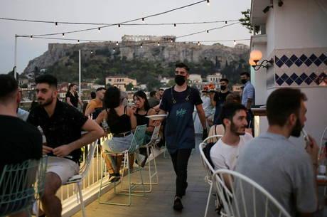 Grécia endurece restrições após aumento de casos