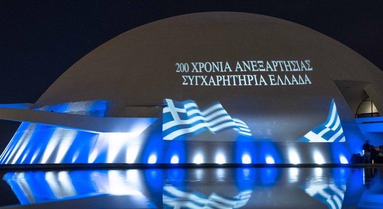 Bandeira da Grécia é projetada na Assembleia Legislativa de Pernambuco