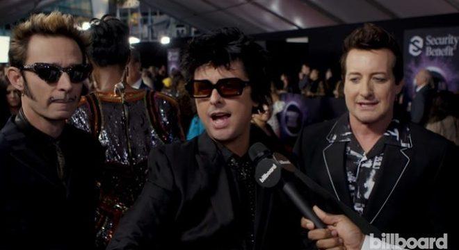 Green Day improvisa hit no tapete vermelho em entrevista bizarra; veja