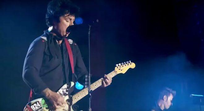 Green Day: assista à performance sensacional em premiação da MTV
