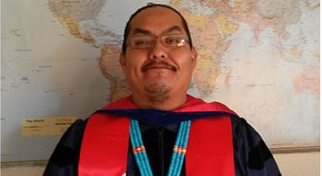 Greg Casarroja ensina cultura navajo na universidade Diné, no Arizona