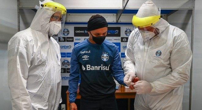 O Brasil vive o pior momento da pandemia. Mas clubes forçam volta do futebol
