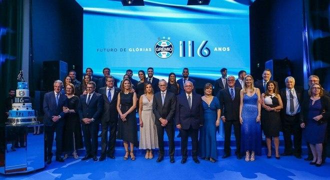 O ambiente era festivo pelos 116 anos do Grêmio. Romildo se empolgou