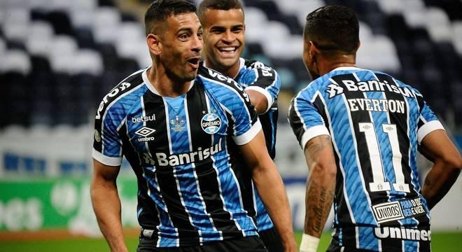 Diego Souza comemora gol do Grêmio sobre o Caxias