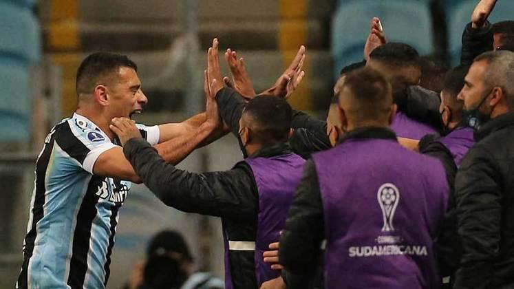 Grêmio: cenário 2 (com transferências de atletas) - Receitas: R$ 265 milhões - Folha salarial: R$ 196 milhões - Receitas x Folha (em %): 51% - Conclusão: abaixo do fair play financeiro.