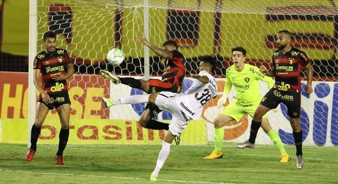 Lance durante a partida entre Sport e Grêmio, válida pela 26° rodada do Campeonato Brasileiro da Série A, no estádio Ilha do Retiro, em Recife