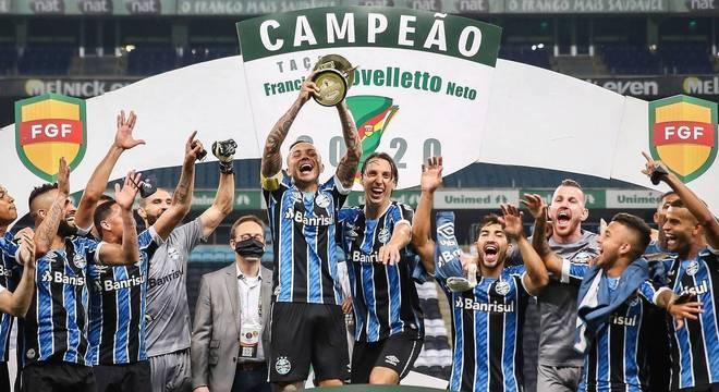 Everton Cebolinha ganhou a braçadeira de capitão para erguer a taça