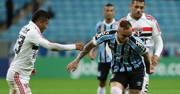 São Paulo sofre virada do Grêmio e perde chance de liderar o Brasileiro -  Esportes - R7 Futebol 8c59793fc4b61