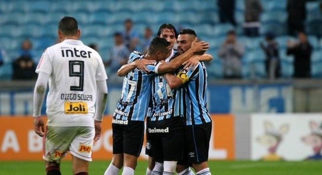 Diego Souza marcou, mas São Paulo viu Grêmio vencer com dois gols de Everton