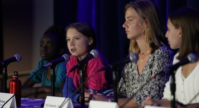 Greta Thunberg, de 16 anos (de camisa rosa), foi uma das participantes da iniciativa