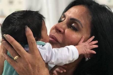 Gretchen apresenta o primeiro neto