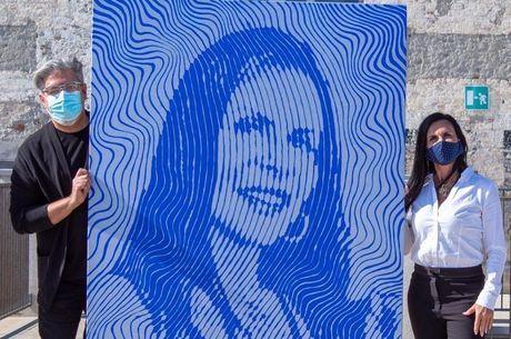 Artista e cantora posaram ao lado do retrato dela