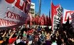 Pessoas gritam palavras de ordem em uma manifestação durante uma greve nacional de um dia em Buenos Aires,