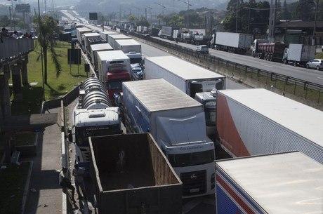 Greve dos caminhoneiros chegou ao sétimo dia neste domingo (27)