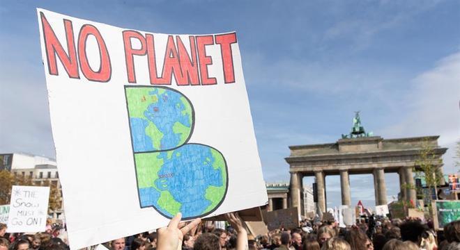 Manifestantes da greve do clima reúnem no Portão de Brandemburgo, em Berlim