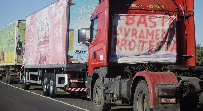 Greve de caminhoneiros tem prejudicado o abastecimento de insumos