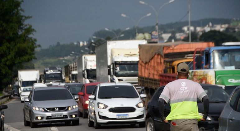 Caminhoneiros paralisam em pontos isolados, e vias federais têm trânsito livre