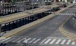 Uma mulher passeia de bicicleta por paradas de ônibus vazias durante uma greve nacional de um dia em Buenos Aires