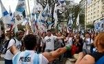 Manifestantes gritam slogans durante um protesto contra as medidas econômicas do governo em Buenos Aires,
