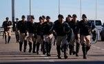 batalhão de choque tenta impedir manifestações