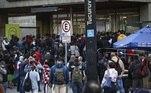 Pessoas na porta da estação Tucuruvi da Linha 1-Azul do Metrô SP